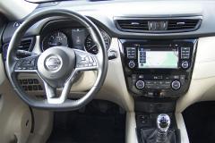 Nissan – Pracoviště řidiče je elegantní, místa je dost i na nohy, škoda že na volantu je až příliš spínačů