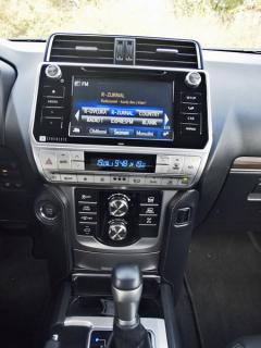 Toyota – Osmipalcový dotykový displej multimediálního systému, pod ním jsou tlačítka nastavení jízdních režimů