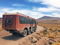 Tatrabus vozí turisty vjihoamerické Atacamě