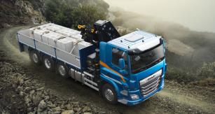 DAF CF 450 FAQ 8x2 se třemi natáčecími nápravami, valníkovou nástavbou a hydraulickou rukou