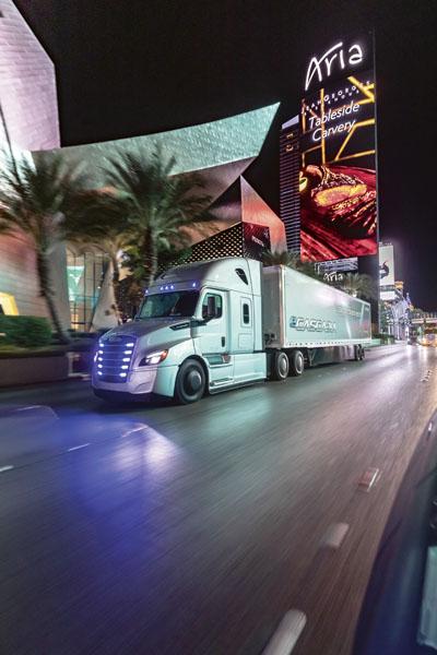 Dojezd až 400km, maximální výkon 730 k /550 kW, kapacita batery packu 550 kWh – to je Freightliner eCascadia, elektrický tahač třídy 8 velmi blízké budoucnosti.
