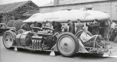 Jon Cobb se svým Railton Mobil Speciálem vstoupil dobitvy oabsolutní rychlostní rekord pozemních vozidel vroce 1938 aspolečně sGeorgem Eystonem ajeho speciálem Thunderbolt vzájemným soubojem vytvořili celou řadu vrásek načele Ferdinanda Porscheho, který musel změnit scénář projektu Typ 80.