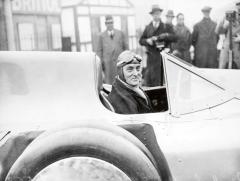 Přesto, že Hans Stuck dokázal vletech 1934 a1935 vytvořit se speciálně upraveným vozem Auto-Union (Typ 22) světové rychlostní rekordy pro automobily kategorie C smotory ozdvihovém objemu 3l až 5l, absolutním světovým rychlostním rekordem se vté době mohl pyšnit jen apouze Sir Malcolm Campbell, britský rychlík se speciálem Blue Bird vybaveným leteckým pístovým motorem RollS-Royce Typ-R.