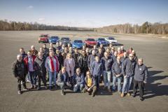 """Porota Car of the Year v popředí, sedm finalistů COTY 2019 v pozadí. Poslední testování """"sedmi statečných"""" natestovací trati CERAM v Mortefontaine u Paříže (18. – 19. 2. 2019)"""
