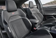 Standardem modelu Focus ST jsou velmi dobře tvarovaná přední sedadla Recaro. Kožené čalounění ani elektrickou regulaci jsme nijak nepostrádali