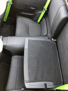 Dvojice zadních sedadel je vysloveně nouzová. Sklopením opěradel se vytvoří polička na přepravu zavazadel
