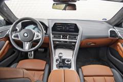 V přehledně navrženém interiéru využívajícím kvalitní materiály se sedí nízko. Pozice za volantem je excelentní