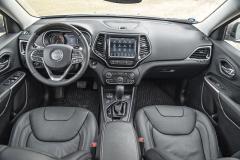 Za volantem na řidiče dýchne robustnost abytelnost. Bohatá výbava je u verze Overland standardem