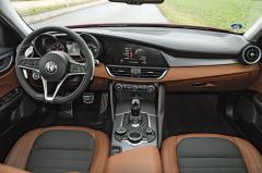 Zpracování interiéru nedosahuje kvalit BMW, Audi nebo Mercedesu, ergonomicky je ale Giulia bezchybná