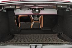Po sklopení zadních opěradel můžete do Giulie naložit věc dlouhou zhruba 1,6 m. Otvor mezi zavazadlovým prostorem akabinou je samozřejmě menší