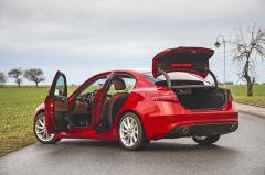 Klasický tříprostorový sedan není zprincipu věci příliš praktický, čtyři cestující ale Alfa Romeo Giulia pořád odveze bez problémů