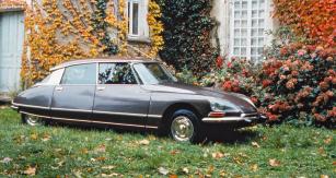 Citroën DS 19/21, nejslavnější typ francouzské značky, na snímku poslední model 1975 se světlomety natáčenými do zatáček