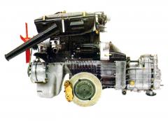 Čtyřválec s vačkovým hřídelem v hlavě válců (OHC), synchronizovanou převodovkou za motorem akotouči brzd po stranách rozvodovky