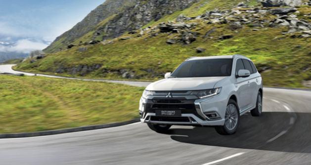 Druhá generace plug-in hybridního Mitsubishi Outlander PHEV staví na osvědčených základech svého předchůdce. Přichází ale s výkonnější a ještě lépe sladěnou hnací soustavou, zdokonaleným podvozkem a mnoha dalšími zlepšeními. Stále jde o vůz s unikátními vlastnostmi a schopnostmi.