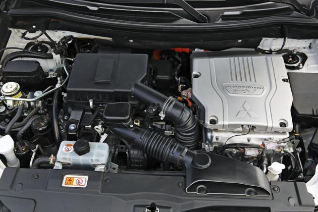 V motorovém prostoru je vlevo (při pohledu zpředu) umístěn spalovací motor, vpravo elektromotor a nad ním výkonová elektronika