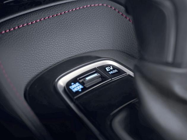 Hybridní modely umožnují krátkodobou jízdu čistě na elektřinu, stejně jako volbu jízdního režimu