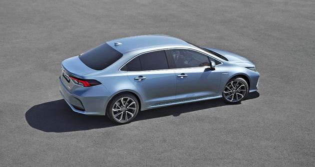 Karosářská verze sedan je postavena na prodlouženém provedení karoserie kombi