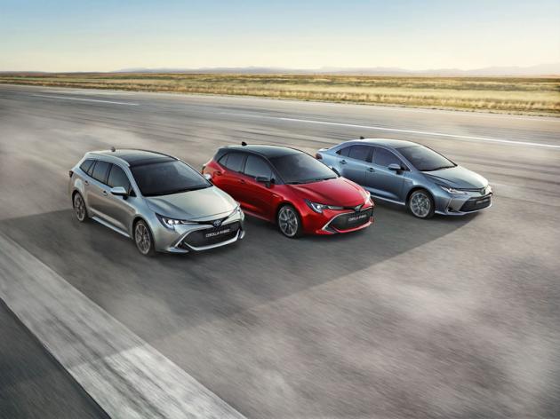 Dvanáctá generace Toyoty Corolla přichází na trh rovnou ve třech karosářských verzích. Příď sedanu se od hatchbacku akombi Touring Sports mírně liší