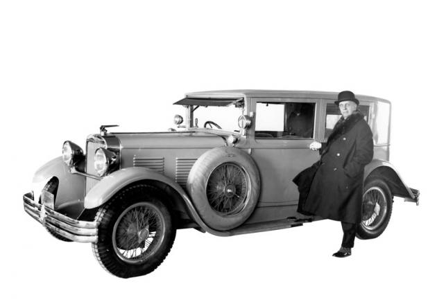 U sedanu Walter 6 B pózuje hlavní akcionář firmy Walter Vítězslav Kumpera (1928)