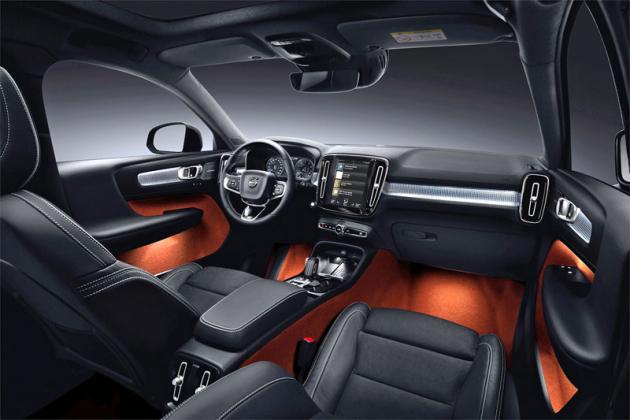 Uvnitř působí Volvo XC40 velmi prestižně. Zaujme imožností nevšedních barevných kombinací