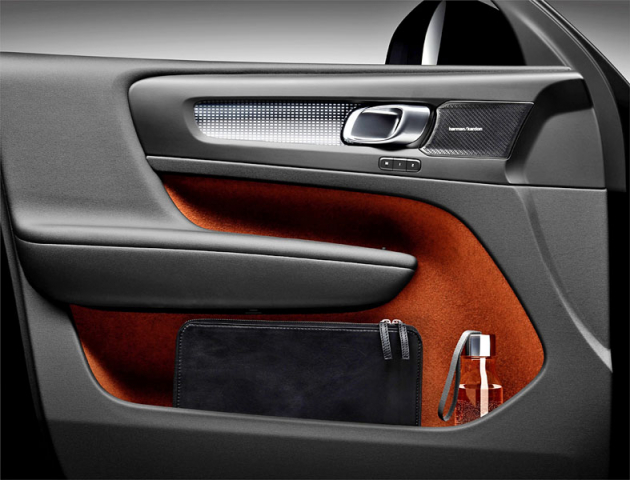 Volvo myslelo na detaily. Například kapsy ve dveřích mají neklouzavý povrch, jsou čalouněné měkkým materiálem a díky přemístění reproduktoru pojmou najednou třeba tablet a láhev spitím