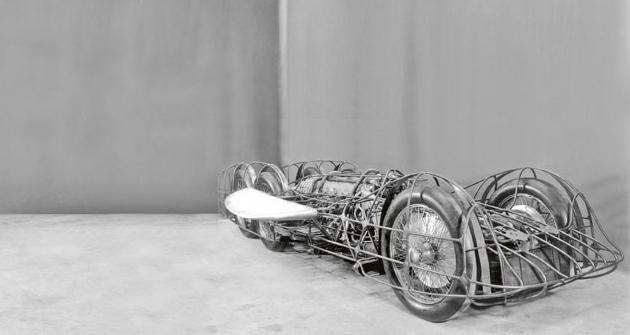 Aerodynamickou karosérii nesl prostorový trubkový rám, dojehož boků byly vetknuty půlky krátkého přítlačného křídla.
