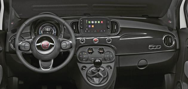 Interiér Fiatu 500 vyniká klasickými tvary, ale zároveň išpičkovou elektronickou výbavou aergonomií