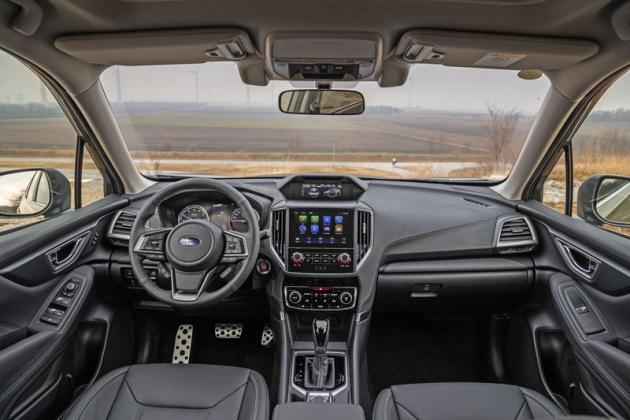 Palubní deska přebírá základní uspořádání z modelů Impreza a XV. Forester přidává kamery umístěné nad centrálním displejem, které sledují pozornost řidiče
