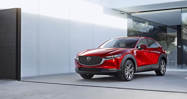 Podobně jako Mazda 3, i CX-30 má elegantně jednoduché řešení krajů předního nárazníku, kam automobilky obvykle umísťují chladicí otvory (často zaslepené)