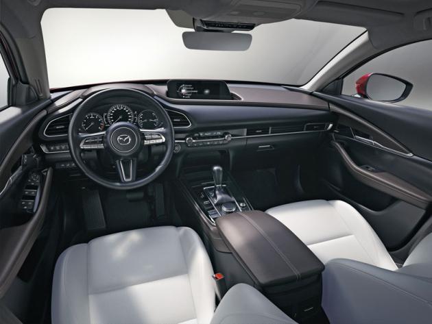Palubní deska se koncentruje na řidiče. Před ním jsou snadno čitelné analogové přístroje, rychloměr je řešen formou barevného displeje