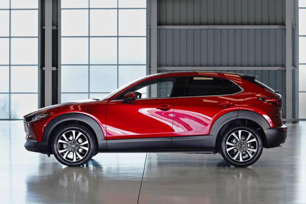 Měkce tvarované boky vytvářejí zajímavé odrazy světla. Mazda CX-30 má o70 mm kratší rozvor než hatchback Mazda 3