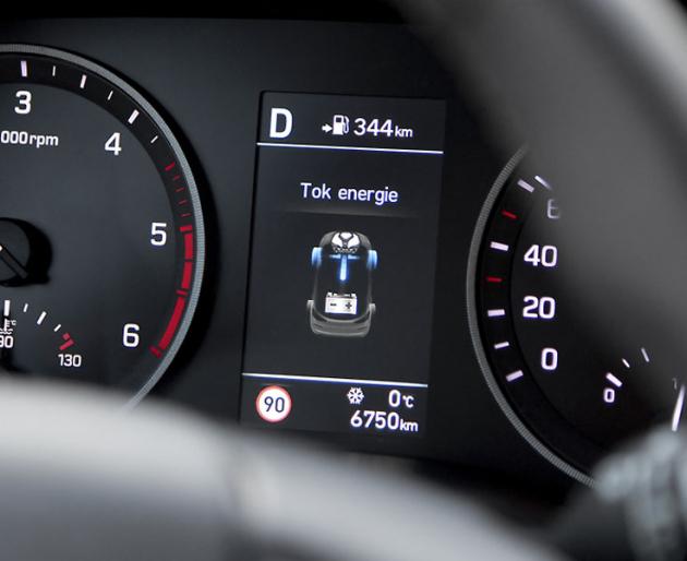 Řidič může sledovat toky energií přímo vpřístrojovém štítě