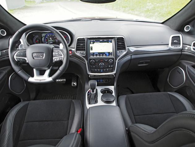 Pracoviště řidiče jepodobně dobře vybavené a komfortní jako u běžných verzí Grand Cherokee. Předností je možnost volit zřady nastavení podvozku a poháněcího ústrojí