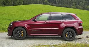 """Z profilu běžné SUV střední velikosti. Masivní brzdy s velkými žlutými třmeny však dávají tušit, že je zde """"cosi jinak""""..."""
