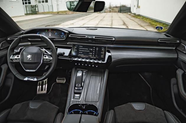 Takzvaný i-Cockpit ve své nejnovější verzi využívá rozměrné displeje avýrazně tvarovaný volant. Na pohled je to zajímavé řešení