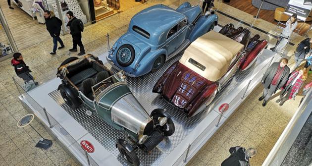 Předností brněnské výstavy byla možnost prohlédnout si vozy iseshora. V popředí T40 Sport Tourer (1926), za ním kompresorové osmiválce 3,3 l T57C z roku 1938 (kabriolet Marchand asedan Graber)