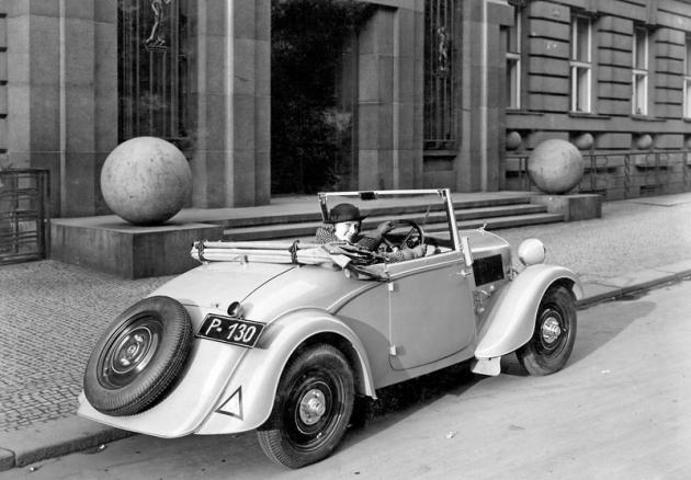Roadster Škoda Popular měl zavazadlový prostor přístupný víkem na zádi