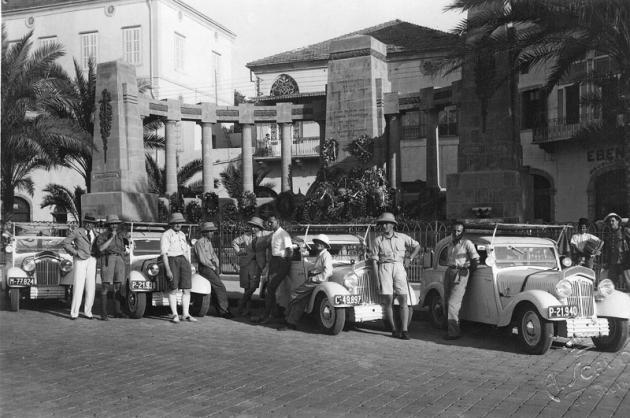 Čtveřice vozů Popular sposádkami před odjezdem z Bejrútu 22.června 1934