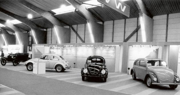 Geneze tvaru VW Brouk navýstavě vroce 1966. Vpravo jeden zprapředků německého Lidového vozu NSU Typ 32.