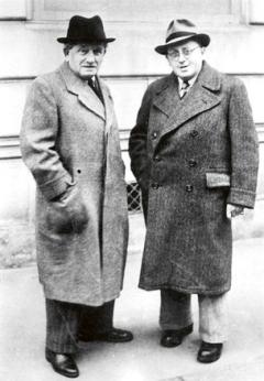 Ferdinand Porsche (vlevo) ajeho šéfkonstruktér Karl Rabe.