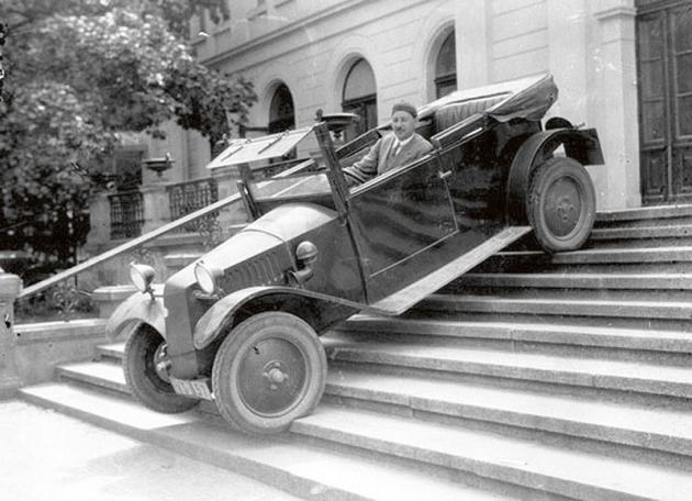 Josef Ganz vevoze Tatra 11 při jízdě poschodech dolů. Tato eskapáda snad měla utvrdit přihlížející vtom, jak je nová koncepce vozidla pevná, solidní aspolehlivá.
