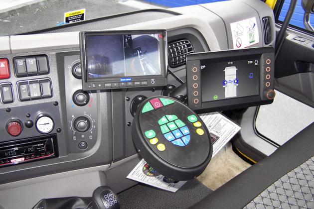 """Počítá se s """"jednomužnou"""" obsluhou a proto jsou monitory natočeny k řidiči"""