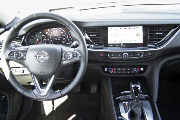 Opel Insignia – Palubní deska je přehledná a naštěstí Opel upustil od velkého množství malých ovladačů, spínačů a tlačítek