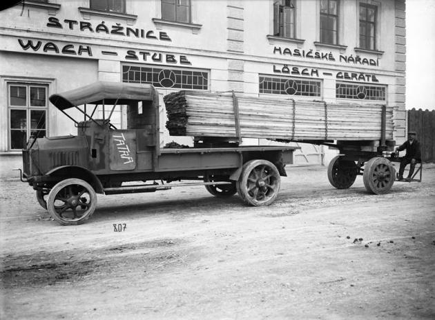 Historická fotografie jedné první Tatry TL 4 pro převoz dřeva