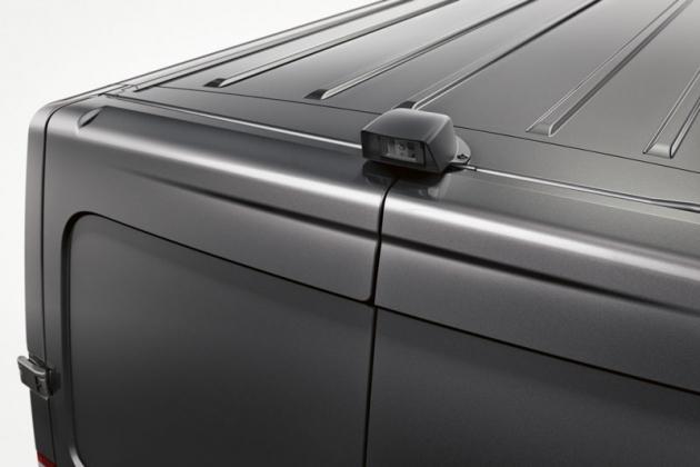 Kamera zachytávajúca zadnú polosféru zavozidlom prenáša obraz naLCD monitor vo výhľade vodiča.
