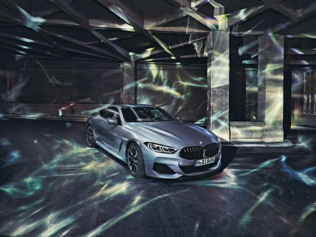 BMW M850i xDrive Coupé dovedlo kdokonalosti spojení sportovní elegance. Po kapotou má prestižní osmiválec svýkonem 390 kW (530 k)
