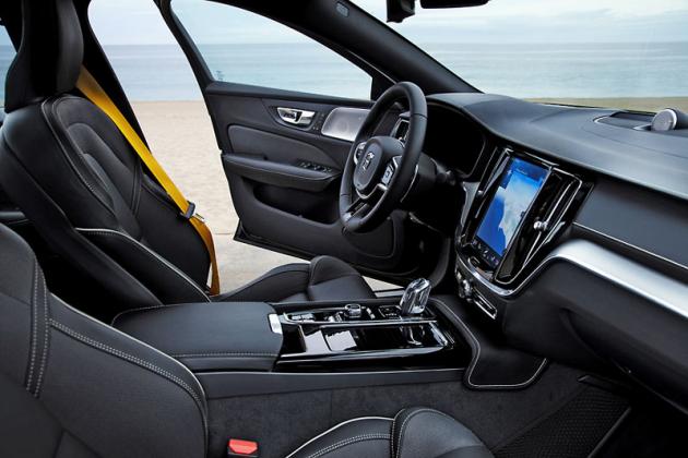 V bohatě vybaveném voze nechybí výrazné bezpečnostní pásy v charakteristické barvě