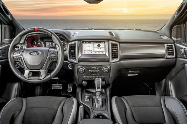 Pracoviště řidiče se vyznačuje decentními úpravami a rozsáhlou základní výbavou