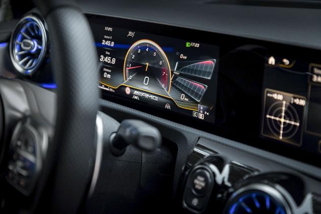 AMG verze má ijeden specifický režim zobrazení hlavního displeje před volantem