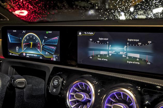 Jedno ze zobrazení na centrálním displeji umožňuje sledovat různé parametry vozu